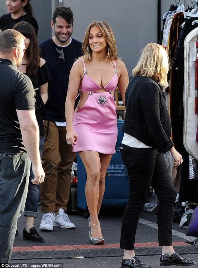 Aos 46 anos, Jennifer Lopez usa vestido (muito) atrevido Naom_56e31b089f200