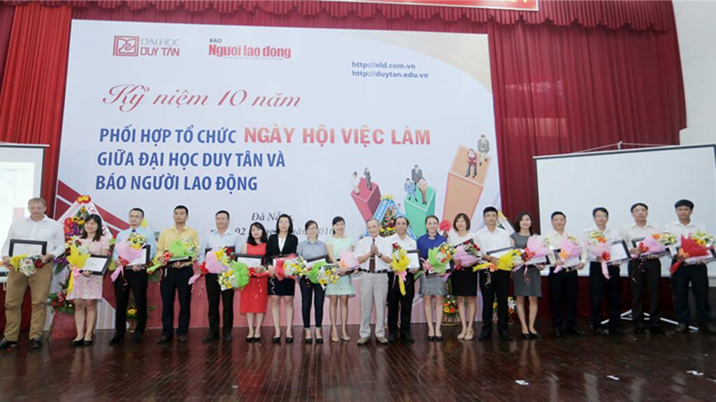 Sinh viên cùng Ngày hội Việc làm 2016 tại Đại học Duy Tân Duytan_QFBW