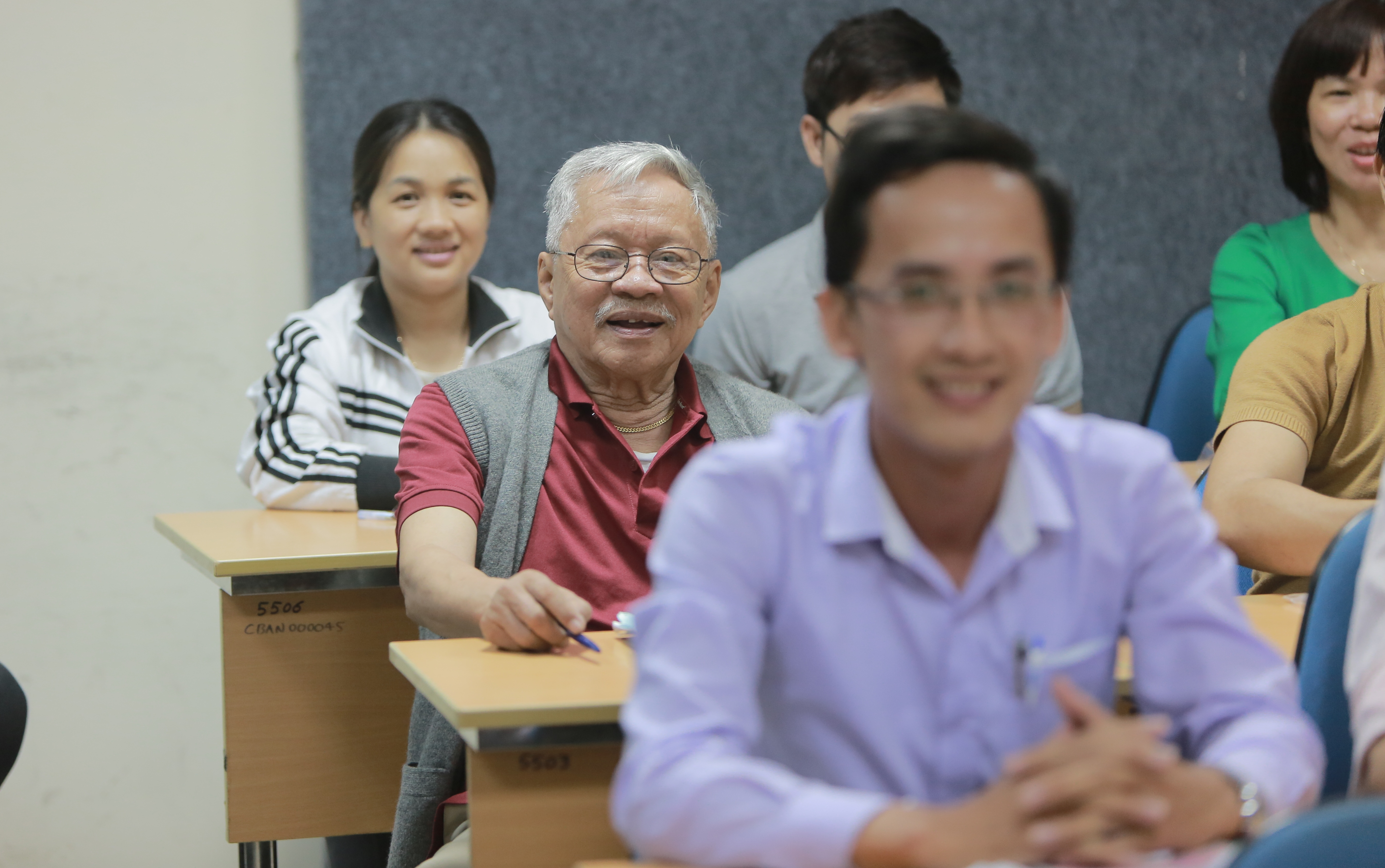 Gặp cụ ông 84 tuổi học cao học: Đừng gọi tôi bằng bác! 294a9477_zklz
