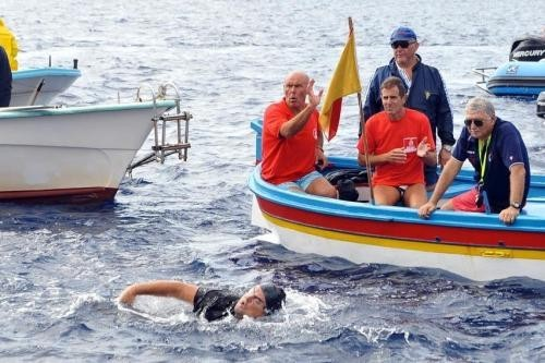 CDP - La campana fa din don dan - Pagina 4 Beppe-grillo-nuota-sullo-stretto