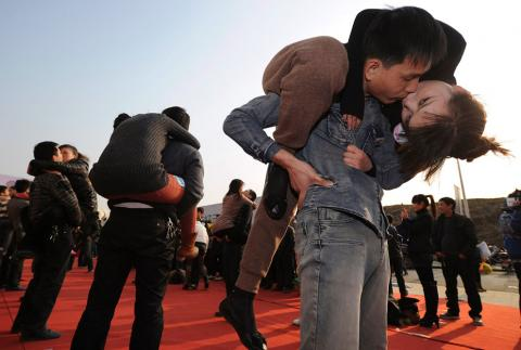 Nụ hôn còn lại đủ dùng đến lúc anh về Nguoiduatin-sk05RTR2Y1D9