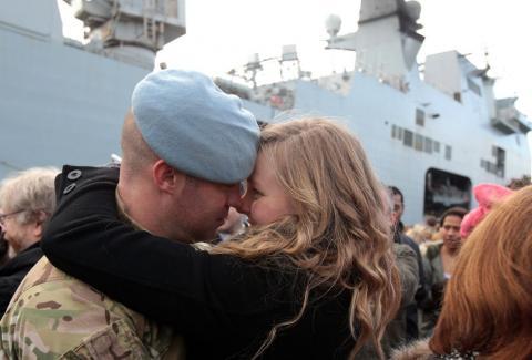 Nụ hôn còn lại đủ dùng đến lúc anh về Nguoiduatin-sk0735353107