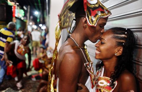 Nụ hôn còn lại đủ dùng đến lúc anh về Nguoiduatin-sk1639113371