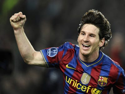 Le topic du Football - Page 5 Teenager-attempted-to-punch-lionel-messi-as-he-was-signing-autographs