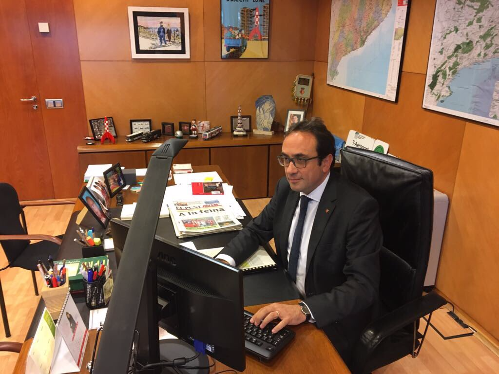 """Expresa tu momento """" in situ """" con una imagen - Página 3 A-catalan-politician-posted-a-defiant-picture-of-himself-at-his-desk-after-being-sacked-by-spain"""