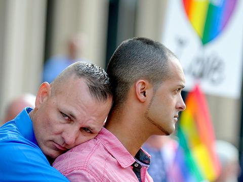 Pedaleiras esportivas  Gay-men-protest