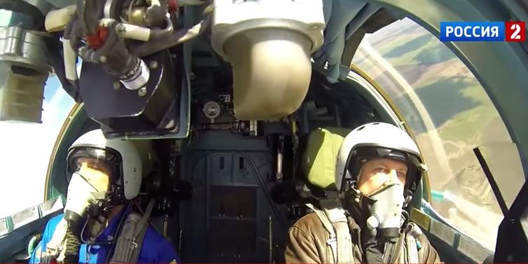 """""""منقار البطة"""" الروسي سو 34 مقاتلة وقاذفة في آن واحد   Now-comes-the-really-amazing-part-the-cabin-is-actually-big-enough-to-move-around-in-which-is-unthinkable-in-the-sleek-streamlined-jets-the-us-flies-pilots-can-actually-lie-down-in-the-cabin-if-theyre-tired"""