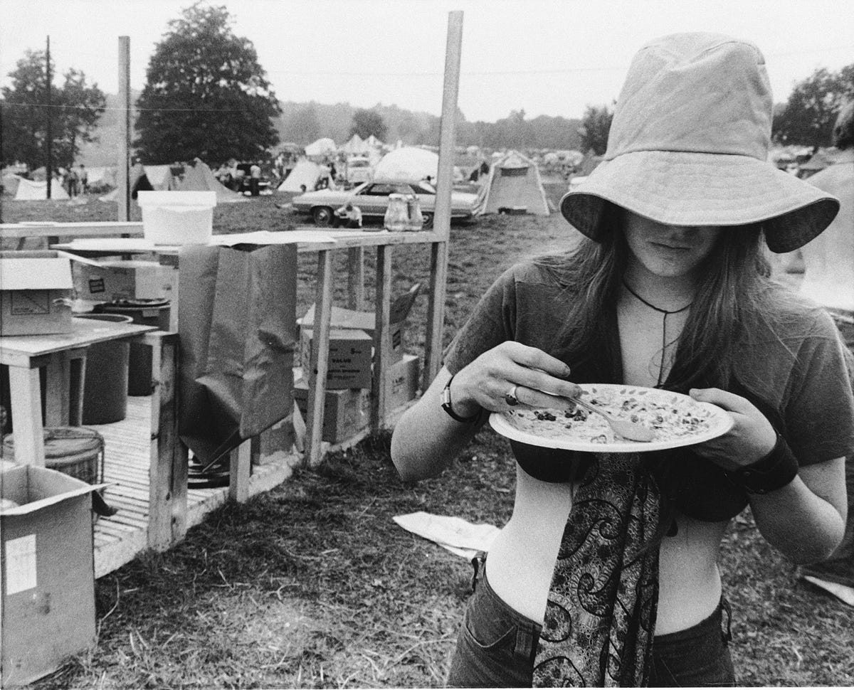 46 Years Ago Today, 500,000 People Descended On A Farm For The Greatest Music Festival Of All Time The-hippie-commune-hog-farm-was-tasked-with-providing-free-food-for-the-woodstock-attendees-however-due-to-the-huge-number-of-attendees-and-lack-of-resources-a-us-amy-helicopter-was-assigned-to-deliver-food-to-the-grounds