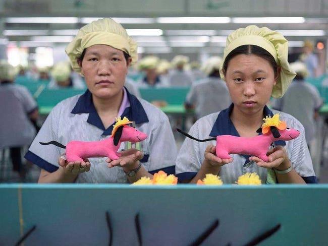 Reyes de Oriente, Papa Noel, Olentzero, o Apalpador... fábricas de juguetes en China.  Chinese-factory-workers