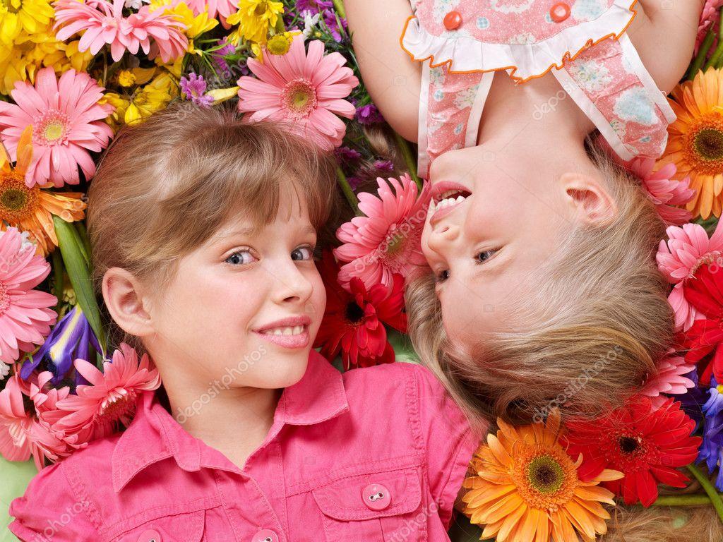 Za decu-Zar ptica Depositphotos_5737772-Cute-child-lying-head-to-head-on-the-flower.