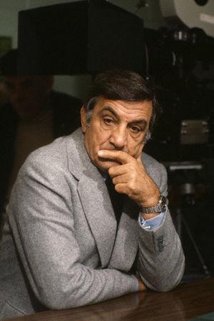 Lino Ventura ,photos années 80 - Page 2 50441057_p