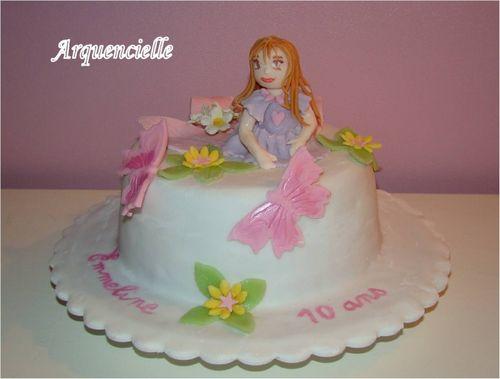 Petite fille sur un gâteau 49829897_m