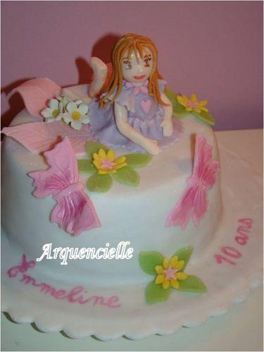 Petite fille sur un gâteau 49829904_m