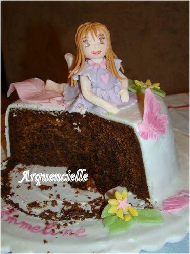 Petite fille sur un gâteau 49829858_m