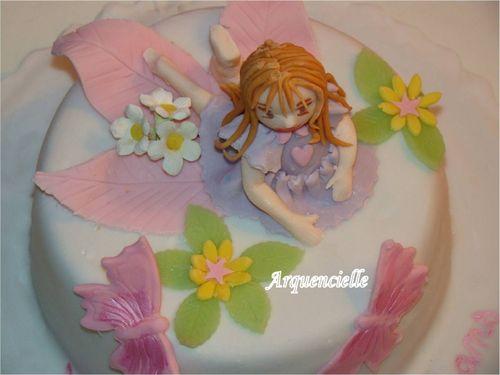 Petite fille sur un gâteau 49829900_m