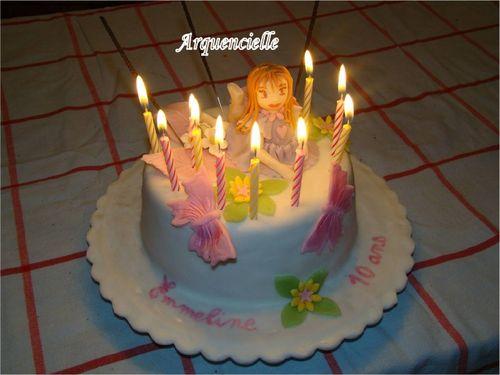 Petite fille sur un gâteau 49829857_m