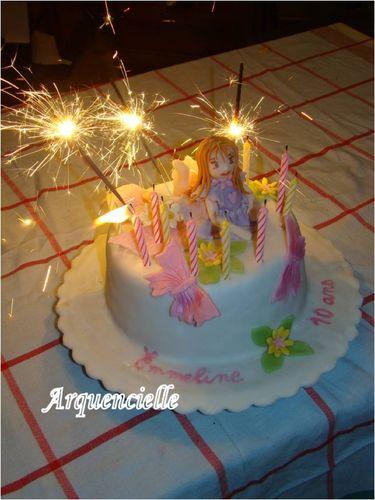 Petite fille sur un gâteau 49829856_m