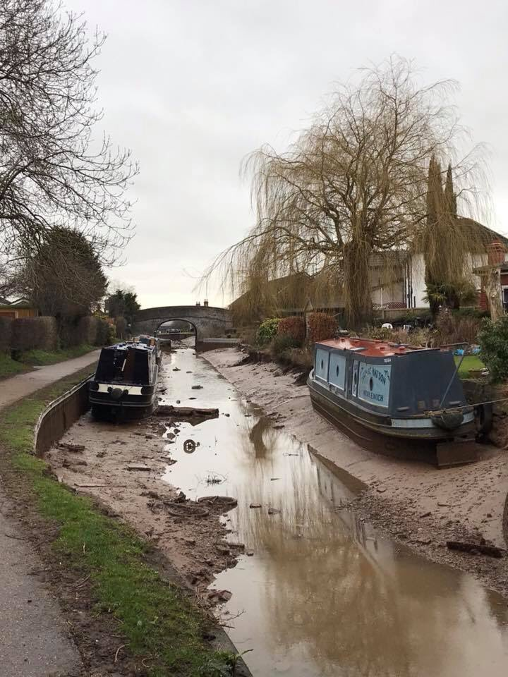 Canal completely drained after huge 100ft wide sinkhole opens up just feet from a boat in Cheshire, UK Cheshire-canal-sinkhole-3