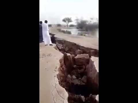 Our Earth splits in two as giant fissure appears in the desert of Saudi Arabia Earth-crack-saudi-arabia-1
