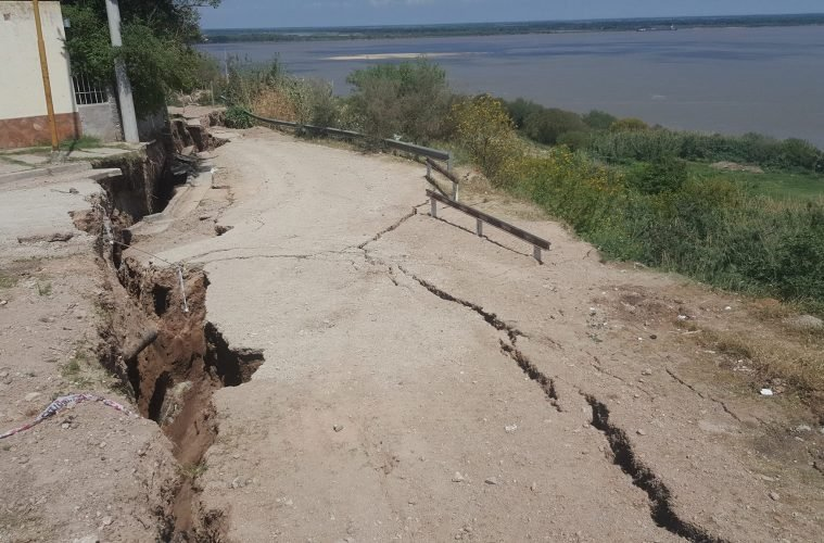 Earth wide open: Giant crack opens up in Diamante, Argentina Giant-crack-argentina-diamante