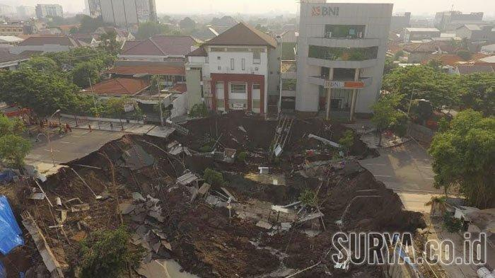 """""""I thought it was an earthquake"""": Huge sinkhole swallows up part of a four-lane road in Indonesia Giant-sinkhole-indonesia-surabaya-1"""
