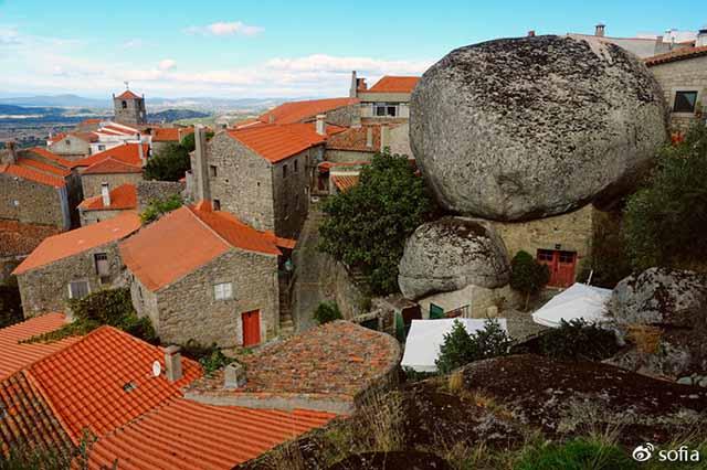 Trên đầu lơ lửng tảng đá hàng trăm tấn, người dân ngôi làng này vẫn ngủ ngon lành mỗi đêm Ngoi-lang-co-noi-nguoi-dan-ngu-duoi-nhung-tang-da-nang-200-tan-moi-dem-1-1550369480-width640height426