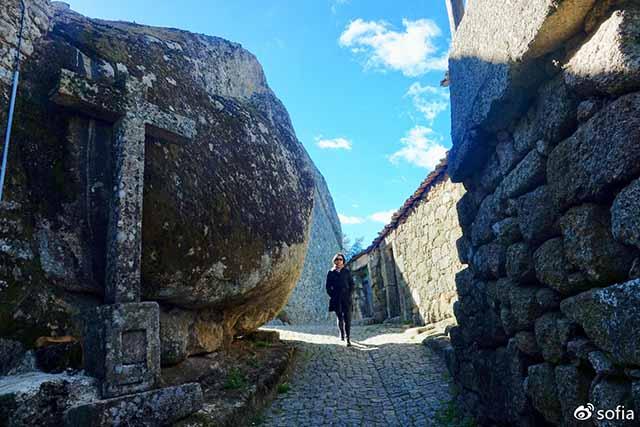 Trên đầu lơ lửng tảng đá hàng trăm tấn, người dân ngôi làng này vẫn ngủ ngon lành mỗi đêm Ngoi-lang-co-noi-nguoi-dan-ngu-duoi-nhung-tang-da-nang-200-tan-moi-dem-10-1550369516-width640height427