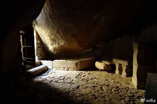 Trên đầu lơ lửng tảng đá hàng trăm tấn, người dân ngôi làng này vẫn ngủ ngon lành mỗi đêm Ngoi-lang-co-noi-nguoi-dan-ngu-duoi-nhung-tang-da-nang-200-tan-moi-dem-12-1550369636-width640height426