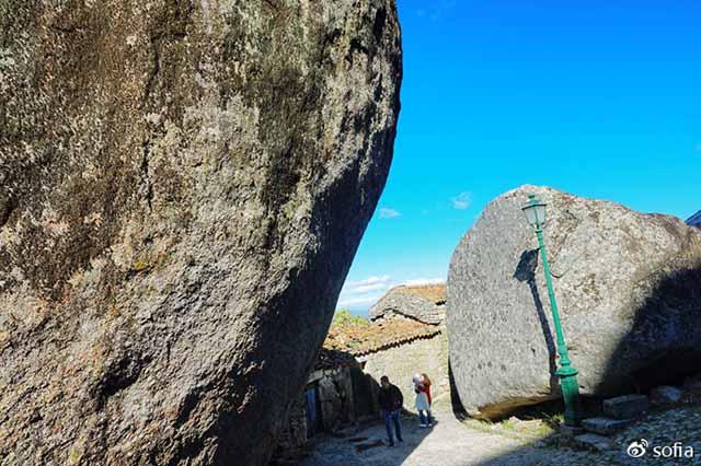 Trên đầu lơ lửng tảng đá hàng trăm tấn, người dân ngôi làng này vẫn ngủ ngon lành mỗi đêm Ngoi-lang-co-noi-nguoi-dan-ngu-duoi-nhung-tang-da-nang-200-tan-moi-dem-14-1550369599-width640height426