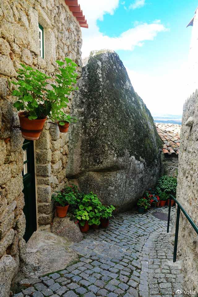 Trên đầu lơ lửng tảng đá hàng trăm tấn, người dân ngôi làng này vẫn ngủ ngon lành mỗi đêm Ngoi-lang-co-noi-nguoi-dan-ngu-duoi-nhung-tang-da-nang-200-tan-moi-dem-16-1550369607-width640height960