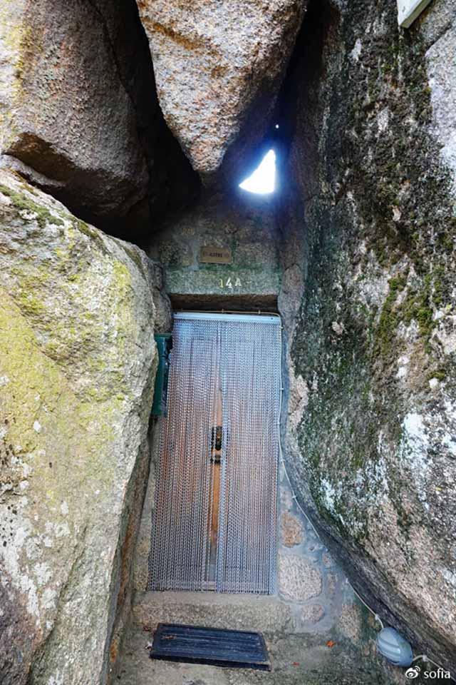 Trên đầu lơ lửng tảng đá hàng trăm tấn, người dân ngôi làng này vẫn ngủ ngon lành mỗi đêm Ngoi-lang-co-noi-nguoi-dan-ngu-duoi-nhung-tang-da-nang-200-tan-moi-dem-17-1550369616-width640height960