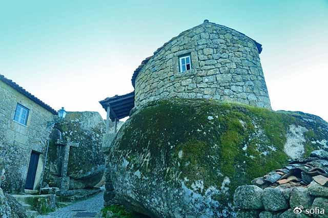 Trên đầu lơ lửng tảng đá hàng trăm tấn, người dân ngôi làng này vẫn ngủ ngon lành mỗi đêm Ngoi-lang-co-noi-nguoi-dan-ngu-duoi-nhung-tang-da-nang-200-tan-moi-dem-5-1550369541-width640height426