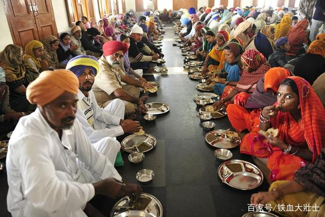 Ngôi đền dát 680 ký vàng cung cấp bữa ăn miễn phí cho 100.000 người mỗi ngày Ngoi-den-dat-680-ky-vang-cung-cap-bua-an-mien-phi-cho-100000-nguoi-moi-ngay-4-1550713255-width640height427