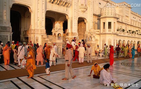 Ngôi đền dát 680 ký vàng cung cấp bữa ăn miễn phí cho 100.000 người mỗi ngày Ngoi-den-dat-680-ky-vang-cung-cap-bua-an-mien-phi-cho-100000-nguoi-moi-ngay-6-1550713290-width600height381
