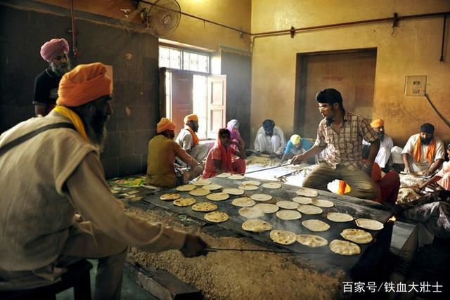 Ngôi đền dát 680 ký vàng cung cấp bữa ăn miễn phí cho 100.000 người mỗi ngày Ngoi-den-dat-680-ky-vang-cung-cap-bua-an-mien-phi-cho-100000-nguoi-moi-ngay-8-1550713274-width640height427