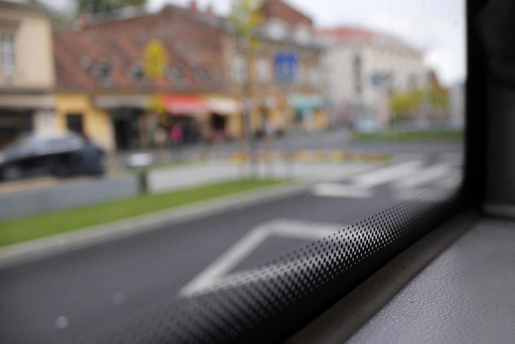 ما فائدة النقاط السوداء على حواف نوافذ السيارات؟ Frit