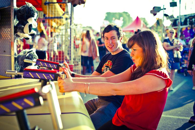 Što biste radili s osobom iznad, prikaži slikom Couple-playing-amusement-game-shooting