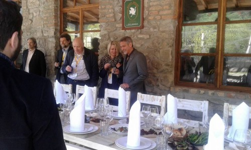 George Clooney at dinner in Dolmama restaurant in Dilijan, Armenia 13051766_561863757324389_961112600465357098_n