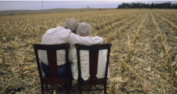 Ζήτησαν από ένα ηλικιωμένο να μιλήσει για την γυναίκα του. Η απάντησή του πάγωσε την αίθουσα Ilikiwmenos
