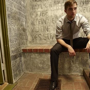 Nouveaux outtakes du shooting de Robert Pattinson pour Carter SMITH - Page 12 AaaSD1RK
