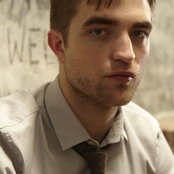 Nouveaux outtakes du shooting de Robert Pattinson pour Carter SMITH - Page 12 AaawBXyh