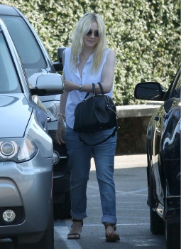 Dakota Fanning / Michael Sheen - Imagenes/Videos de Paparazzi / Estudio/ Eventos etc. - Página 6 AdceE6bS