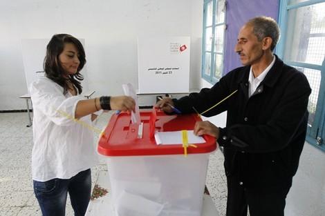 التونسيون يدلون بأصواتهم في أول انتخابات الربيع العربي Tunsnewday_640605463