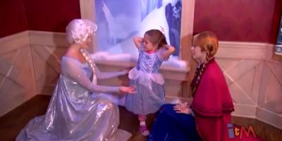 "Les Meet&Greets / rencontres avec les personnages : ""les nouveautés"" - Page 9 Frozen-Anna-Elsa-meet-and-greet-with-Olaf-in-Fantasyland-at-Disneyland-YouTube-2013-11-18-22-32-03-400x200"