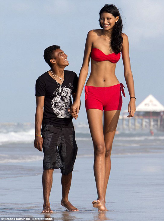 ¿Cuánto mide Elisany Silva Da Cruz? - Altura - Real height Francinaldo-Carvalho-Elisany-Da-Silva