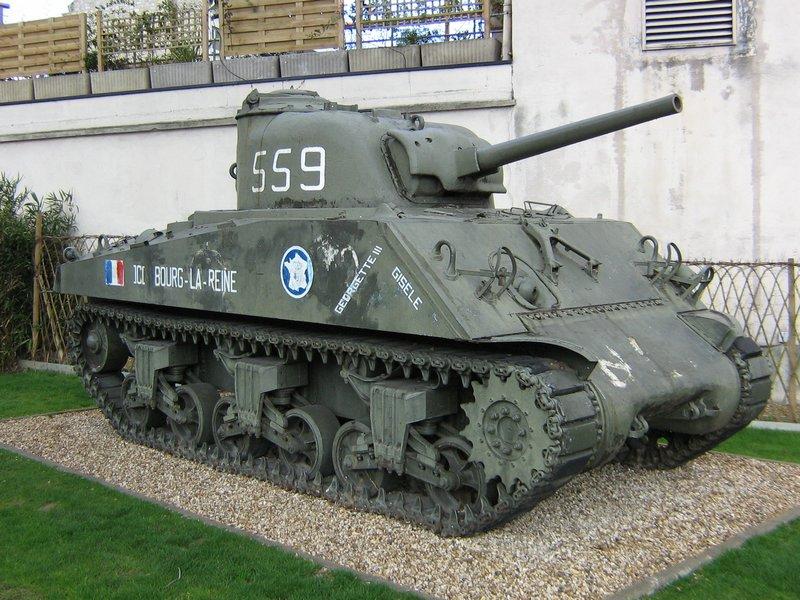 une autre passion , les chars RC  M4A3%20Sherman%20Bourg-la-Reine%202