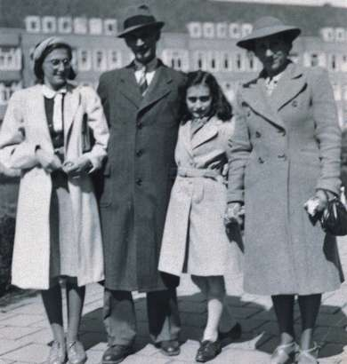 АННА ФРАНК И ЕЕ ДНЕВНИК 4135-the-frank-familymargot-otto-anne-and-edith-frank-on-merwedeplein-in-amsterdam-1941