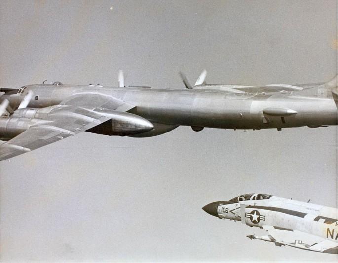 McDonnell Douglas F-4 Phantom IIN (interceptor y cazabombardero supersónico, biplaza, bimotor y de largo alcance USA) F-4-Tu-95-1-685x534
