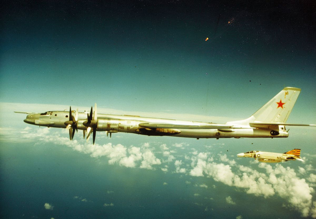 McDonnell Douglas F-4 Phantom IIN (interceptor y cazabombardero supersónico, biplaza, bimotor y de largo alcance USA) F-4-Tu-95-2