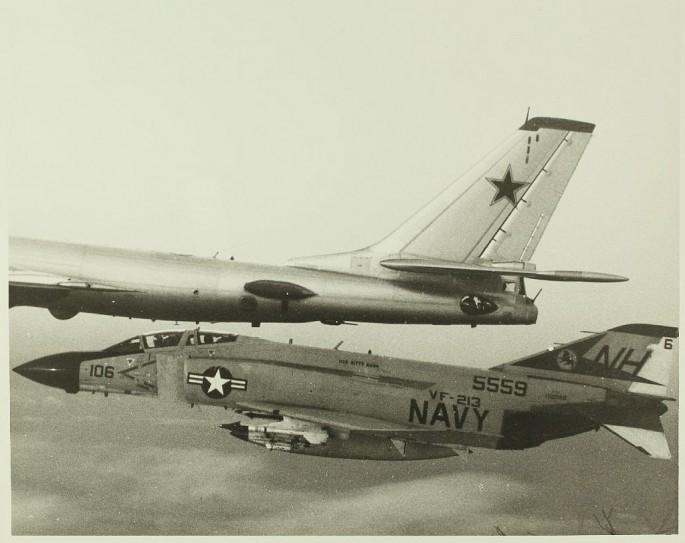McDonnell Douglas F-4 Phantom IIN (interceptor y cazabombardero supersónico, biplaza, bimotor y de largo alcance USA) F-4-Tu-95-3-685x543